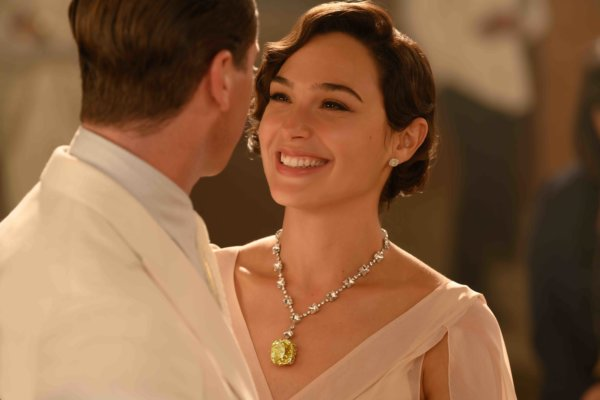 Gal Gadot wearing a diamond necklace with a 128-carat Tiffany yellow diamond and diamond studs in the Death on The Nile movie