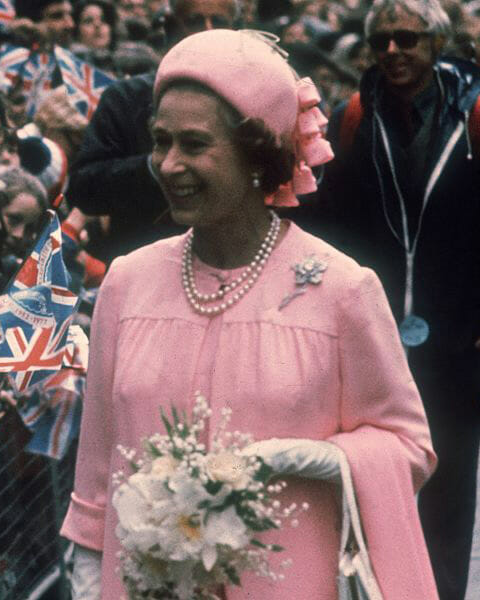 The Queen wearing the Williamson Pink Diamond Brooch in 1977.